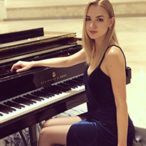 Female Pianist 107580