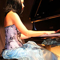 Female Pianist 7511