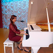 Female Pianist And Singer 106540