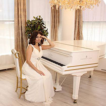 Female Pianist And Singer 108740