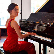 Female Pianist And Singer 8438