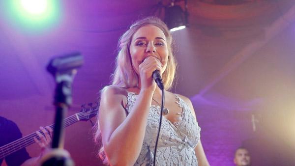 Female singer 105608 for Divan singer